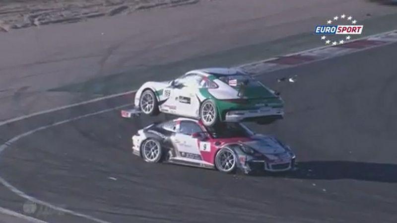 Accident insolite: une Porsche finit sur le toit d'une autre